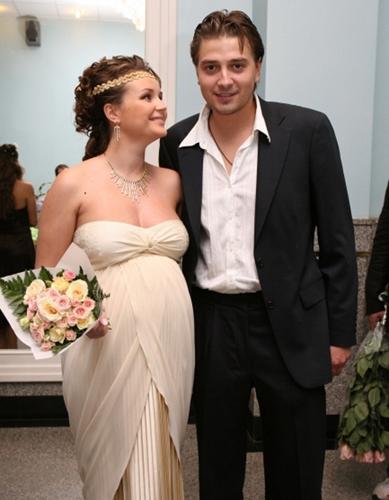 На фото - Полина Гагарина с первым мужем Петром Кисловым....